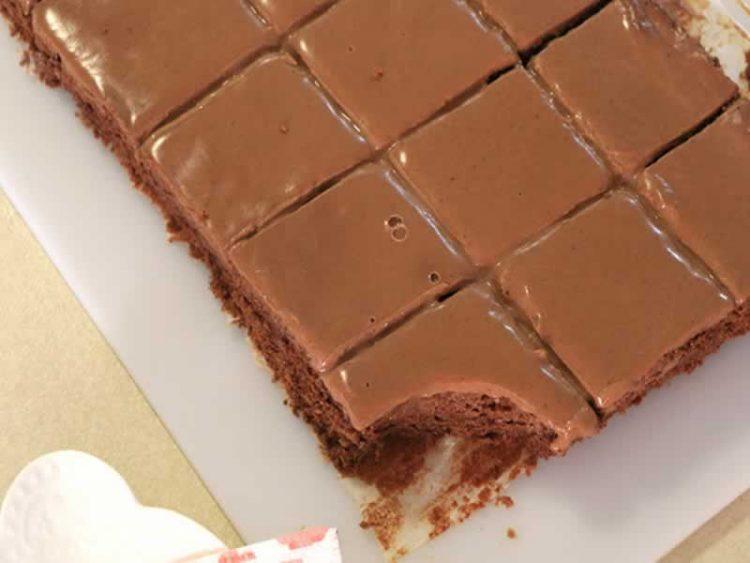 Десерт кој ќе биде на маса за 20 минути: Чоколаден колач со мерки во шолји