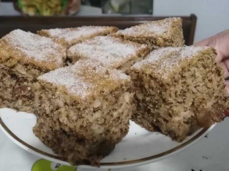 Мек колач со јаболко: Има неверојатен вкус, а се прави од најевтини состојки!