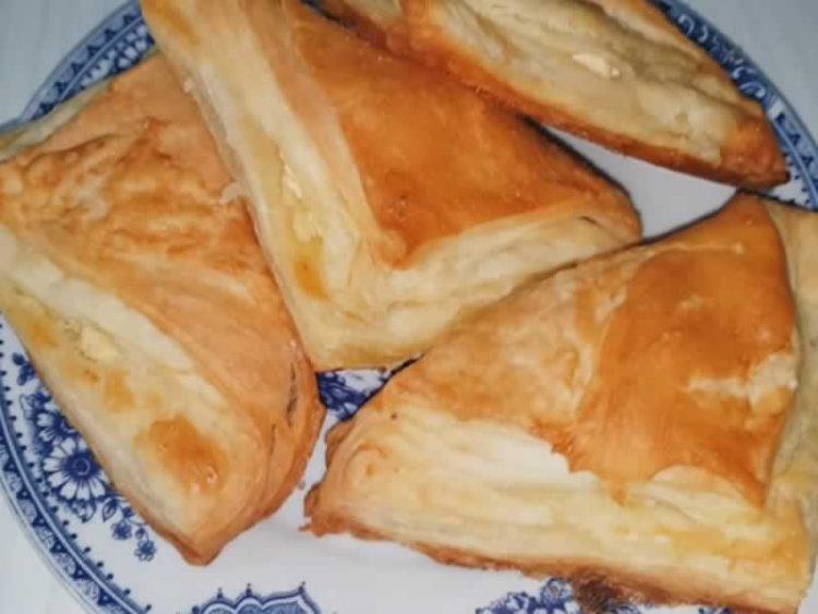 Лиснати триаголници со сирење, како од пекара (Видео)