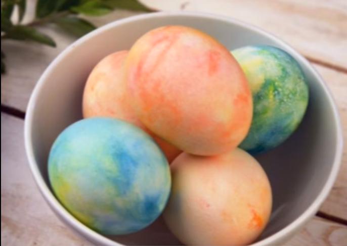 Видео: Никогаш не би се сетиле да офарбате јајца вака – Готови за минута