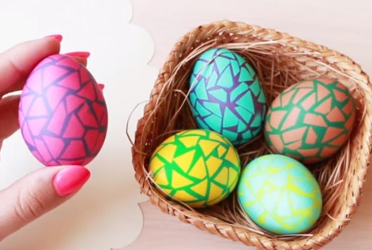 """Видео: """"Распукани"""" велигденски јајца – Ви треба само изолир лента"""