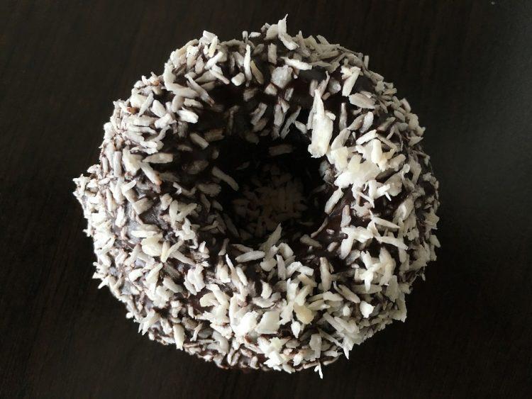 Сочен чоколаден куглоф со неколку вида чоколадо