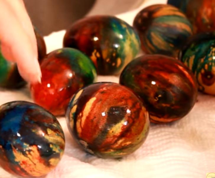 Офарбајте јајца со помош на хартија и тегла – Техника за најубави шари