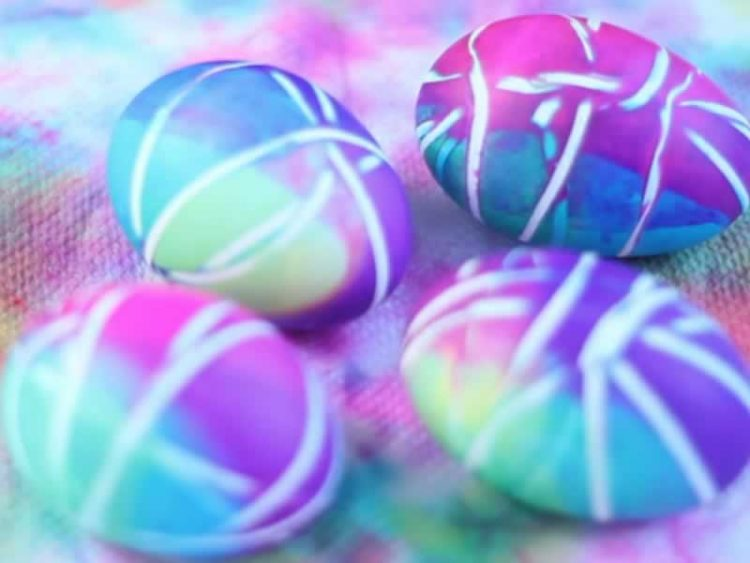 Хит овој Велигден! Обојте ги јајцата пругасто на еденоставен начин (Видео)