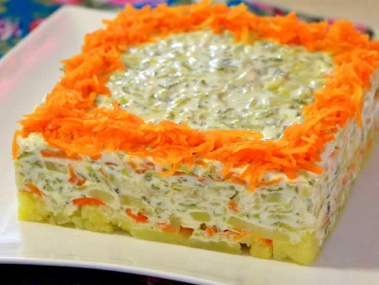 Посна салата со компири, моркови и кисели краставички