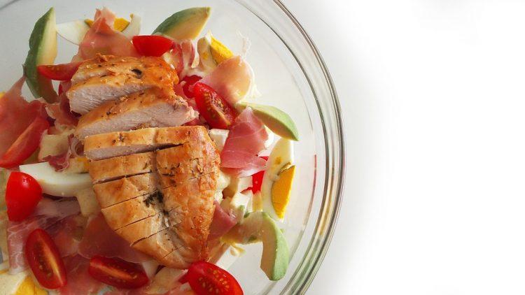 Вкусна пилешка салата – еден додаток ја прави посебна