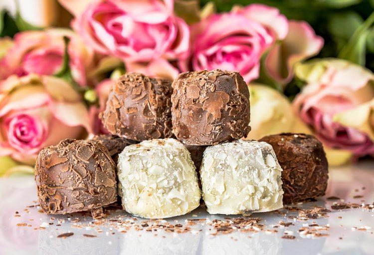 Ситни колачиња со бело и црно чоколадо – една смеса доволна за 10 лица