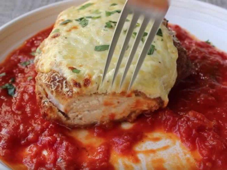 Пилешко во сос од домати и лук