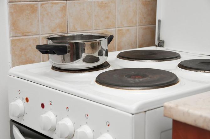 Ја чувате кујнската крпа на рачката од шпоретот – Огромна грешка, си штетите на здравјето