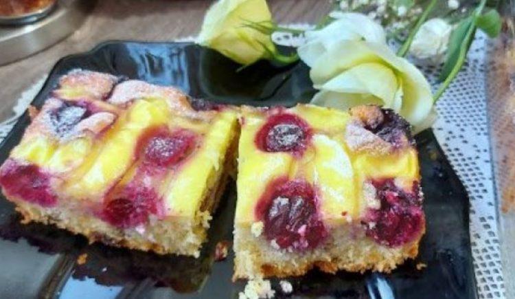 Кремаст колач со пудинг и овошје: Сочен десерт кој се топи во уста