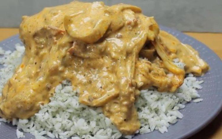 Совршен викенд ручек: Пикантно пилешко во кремаст сос запечено во рерна