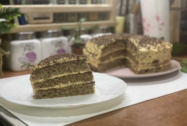 Свечена стара торта: Три сочни кори со кремаст фил од ореви и жолчки