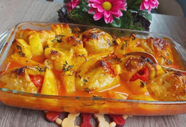 Предлог за посен ручек: Полнети пиперки во сос од домати