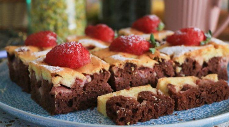 Какао колач со јагоди