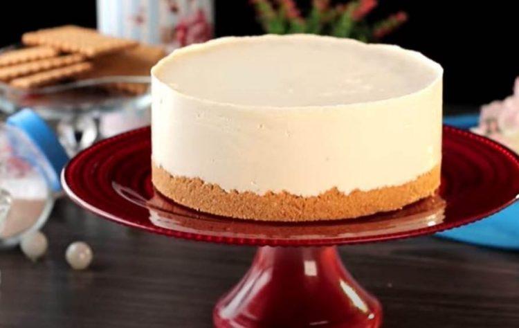 Лажен чизкејк: Торта со бисквити и бел кремаст фил