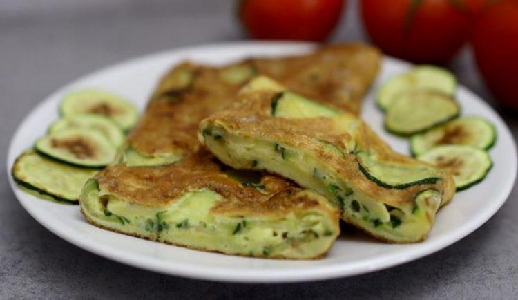 Вкусен омлет за неколку минути: Испржете тиквици, додајте јајца и сирење, па запечете