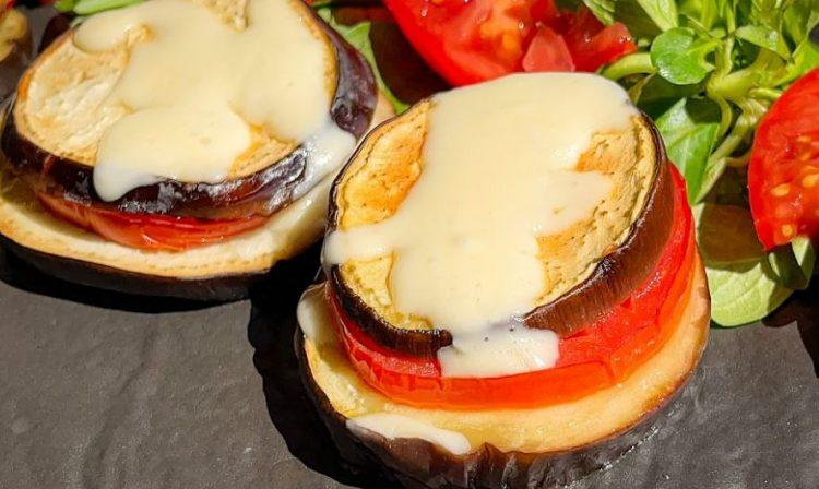 Брза и лесна вечера без месо: Печен патлиџан со домат и кашкавал