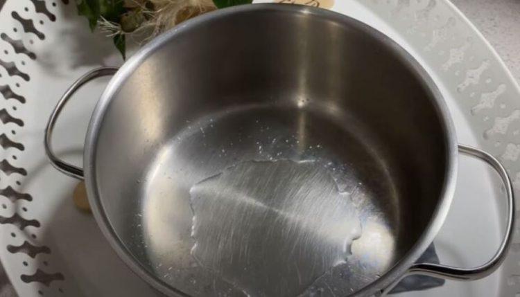 Направете смеса од 2 состојки и исчистете ги тенџерињата – ќе блескаат како нови!